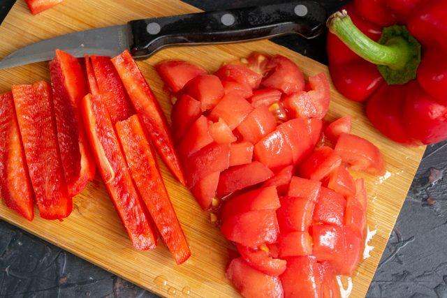 Нарезаем помидоры и перец, измельчаем до однородности