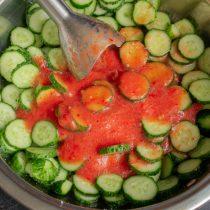 Добавляем измельченные овощи в кастрюлю