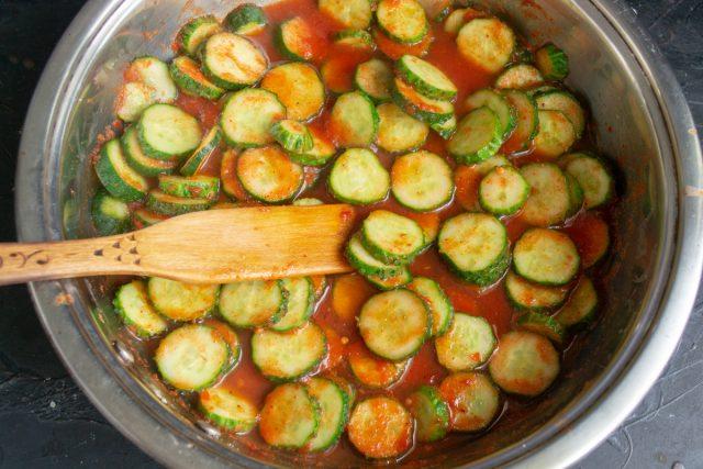 Перемешиваем овощи, нагреваем до кипения, готовим на умеренном огне 15-20 минут
