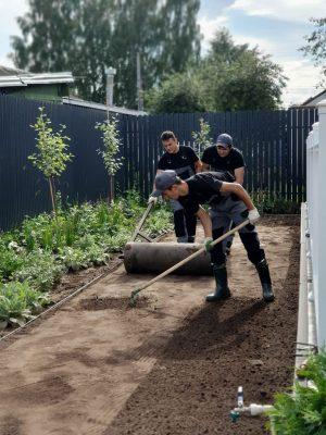 Команда «Сад с нуля» на примере показывает, как правильно уложить рулонный газон