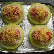 Посыпаем фаршированные кабачки сыром