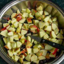 Яблоки нарезаем кубиками вместе с кожурой и добавляем в сотейник