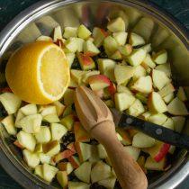 Снимаем тонкий слой цедры лимона, выжимаем сок