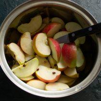Яблоки моем и нарезаем дольками
