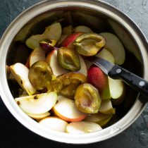 Нарезанные сливы добавляем к яблокам
