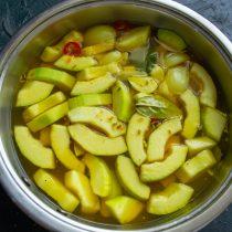 Вливаем кипяток, на сильном огне нагреваем овощи в рассоле до кипения, кипятим 5 минут