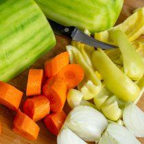 Нарезаем морковь, репчатый лук и сладкий перец, давим дольки чеснока