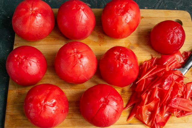 Очищаем помидоры, вырезаем плодоножки