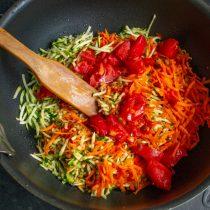 Кладём овощи в кастрюлю, добавляем нарезанные помидоры