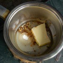 В сотейник кладём сливочное масло, добавляем растительное, сахарный песок, щепотку соли и молотую корицу