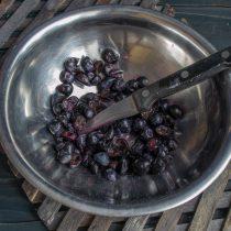 Крупные виноградины разрезаем пополам, мелкие оставляем целыми