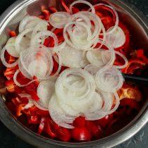 Нарезаем сладкий белый лук, добавляем к перцу