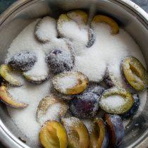 Кладём сливы в сотейник, насыпаем сахар и вливаем холодную воду