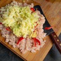 Натираем небольшую варёную картофелину и добавляем к остальным ингредиентам