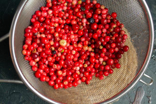 Откидываем ягоды на дуршлаг, промываем проточной водой