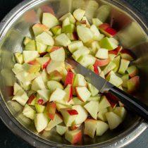 Насыпаем нарезанные яблоки в подходящую посуду