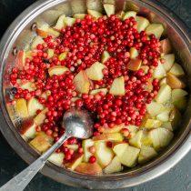 Добавляем бруснику, ванильный сахар и корицу, перемешиваем и снова нагреваем до кипения