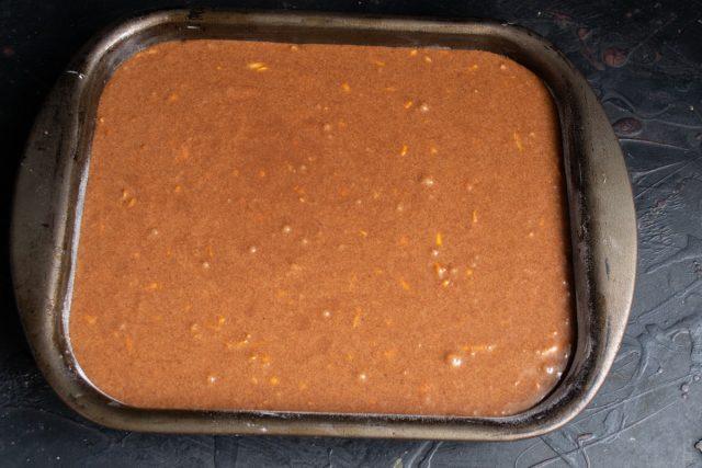 Форму смазываем сливочным маслом и посыпаем мукой, выливаем тесто в форму