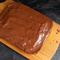 Поливаем остывший брауни из кабачка шоколадной глазурью