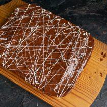 Поливаем брауни растопленным белым шоколадом поверх глазури