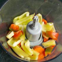Нарезаем перец полосками, добавляем к моркови