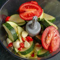 Добавляем спелые помидоры, очищенный чеснок и стручок острого перца по желанию